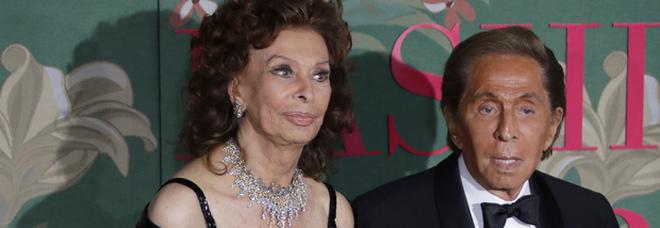 Sofia Loren premia Valentino: lacrime e emozioni alla Scala per il Green Carpet Fashion Awards
