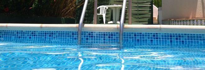 Fratellini di 7 e 9 anni rischiano di annegare nella piscina dell'albergo