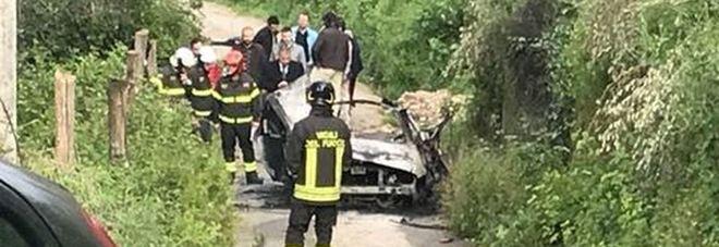 L'auto distrutta dall'esplosione
