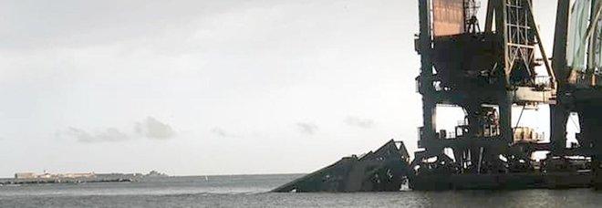 Taranto, crolla una gru per il maltempo allo stabilimento Arcelor Mittal: un disperso