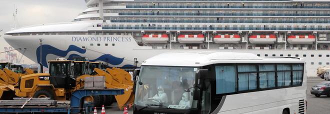 Coronavirus, primi passeggeri sbarcano dalla Diamond Princess: sono 11 anziani negativi ai test