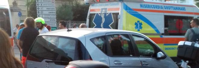 Ciclista travolge e ferisce una bimba e poi fugge via