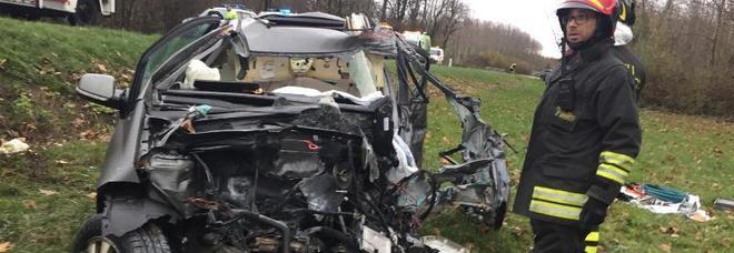 Frontale tra auto e camion: muore a 22 anni nipote del sindaco