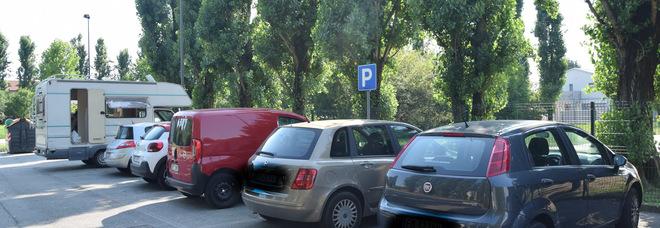 Multe false sul parabrezza delle auto: scoperto l'autore