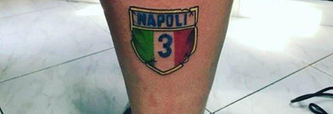 Si fa tatuare il terzo scudetto del Napoli sulla gamba: «Noi conquistato, voi rubato»