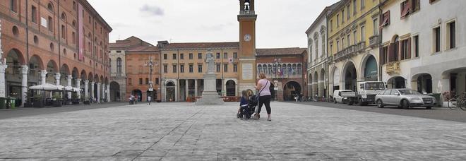 Piazza Vittorio Emanuele con il liston segnato dalla colla