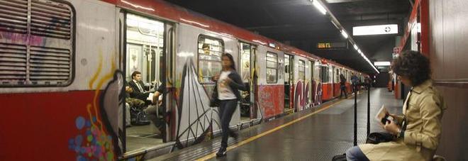 Milano, coppia dimentica i figli sulla banchina della metro: scoppia il caos