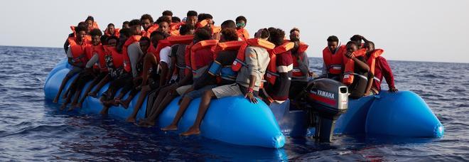 Migranti, no all'uso di navi della Marina per bloccare i porti
