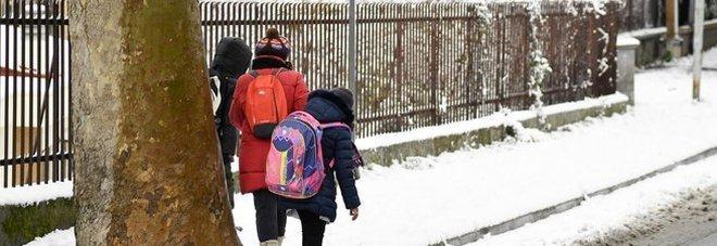 Allerta meteo, scuole chiuse a Roma e in mezza Italia: emergenza neve a bassa quota