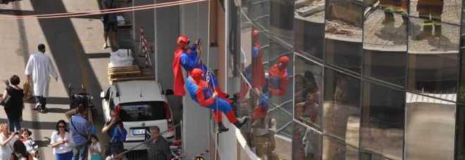 Roma, al Bambino Gesù pompieri vestiti da Spiderman e Superman sui tetti dell'ospedale