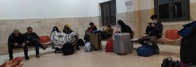 L'odissea di Gianna: bloccata da ore alla stazione di Villa San Giovanni: «Ci hanno lasciato soli e al freddo». Ma questa notte torneranno a casa - LE FOTO