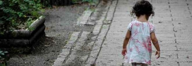 A 6 anni si sveglia sola in casa e scende in strada di notte: il papà era andato dall'amante