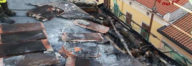 A fuoco il tetto di uno stabile:  paura in città, una persona ferita