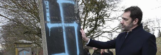Svastiche sulle tombe del cimitero ebraico: la profanazione choc
