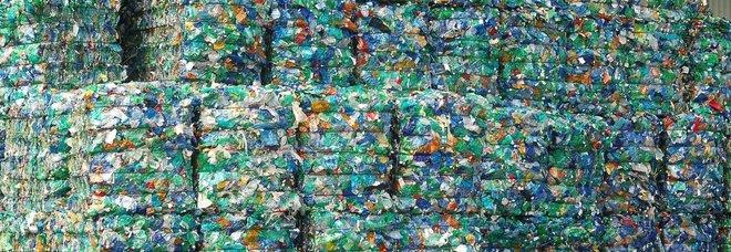 Stop a piatti e posate di plastica e cotton fioc: la proposta della Ue