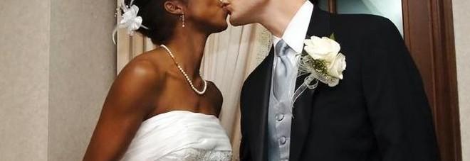 """Amore sul web, sposa un'africana. Il pm: """"Immigrazione clandestina"""""""