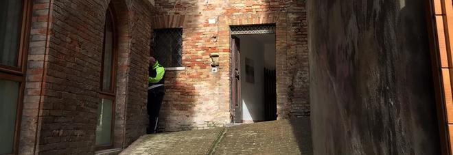 Giallo a Urbino, due studenti universitari trovati morti in casa: intossicati da monossido di carbonio