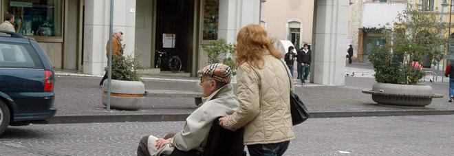 Lega anziano al letto e gli imbratta il viso di feci: badante denunciata
