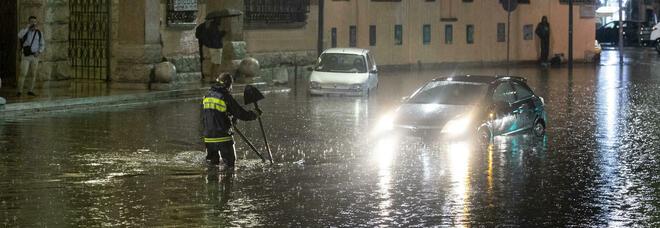 Bomba d'acqua a Roma: strade allagate, traffico in tilt. Chiuse tre stazioni della metro. Decine di interventi dei vigili