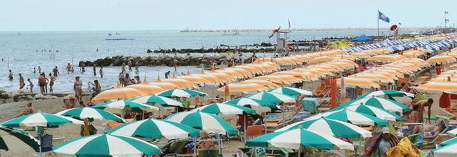 Mette i piedi in acqua e si sente male: turista muore in spiaggia