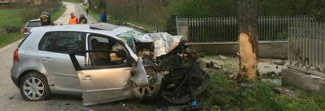 L'auto si schianta contro un albero Giovane muore, l'amico è gravissimo