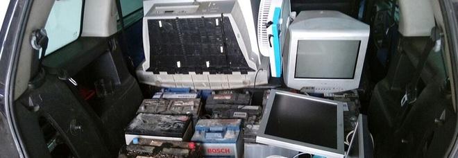 I rifiuti rubati dalla ecopiazzola da due cittadini ghanesi