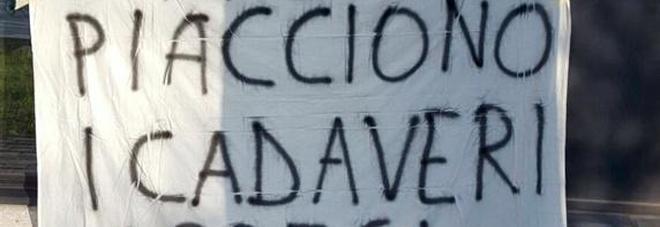 Il maestro posta su Fb la foto di Mussolini appeso a piazzale Loreto: scatta lo striscione /Foto