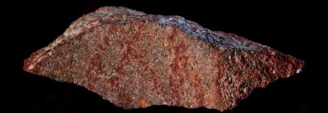 Trovato il disegno astratto più antico del mondo: «Ha 73mila anni». La scoperta di un archeologo italiano