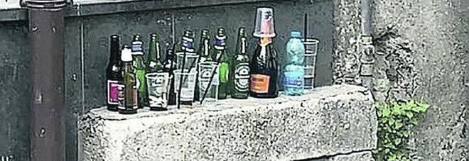 Reggia, tappeto di bottiglie i resti di movida e alcol