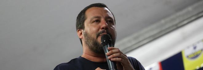 Salvini furioso: «Masturbarsi in pubblico sia di nuovo reato, giù le mani da donne e bambini»