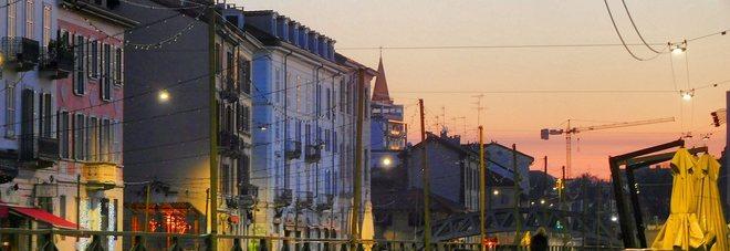 Spettacolare alba a Milano, i Navigli si tingono come al tramonto