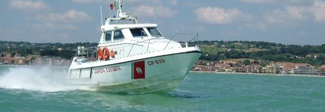 Cade dalla barca per un malore Lo vedono da riva: uomo salvato