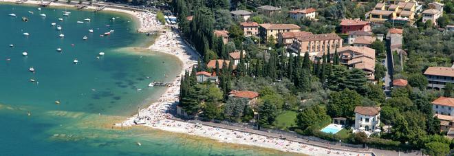 Malore mentre si rinfresca nel lago di Garda: muore donna di 78 anni