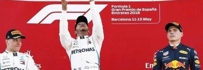 Lewis Hamilton  sul podio del Gran Premio di Spagna con la coppa longaronese della Golden Life
