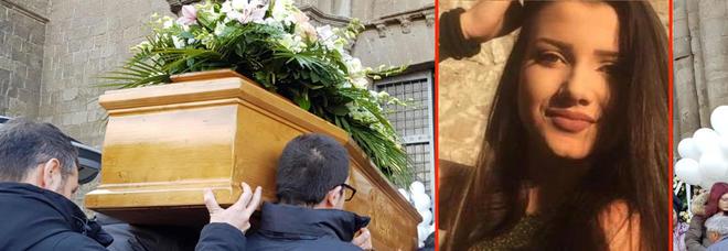 Aurora Grazini, morta a 16 anni: tanti ragazzi ai funerali. Lo striscione: «Ce lo siamo giurati, non ti scorderemo mai»