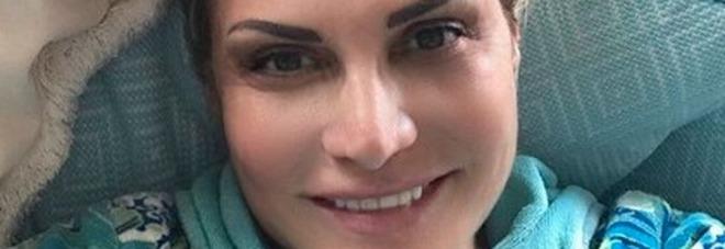 Simona Ventura, il selfie su Instagram dopo lo spavento. Fan al veleno: «Sembri Avatar»