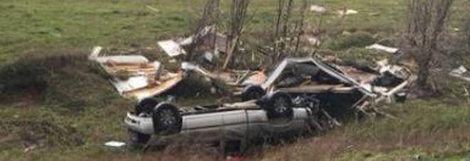 Tornano a casa con il camper nuovo, ma sulla statale incontrano un tornado /Video