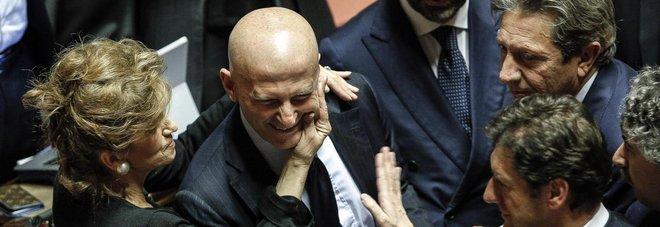 Minzolini, accolte le dimissioni  L'ex direttore: «Io come Cristo»  Respinte quelle di Vacciano (M5S)