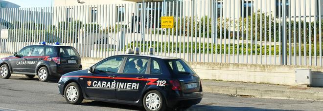 Scopre che la moglie ha l'amante, i carabinieri gli tolgono la pistola