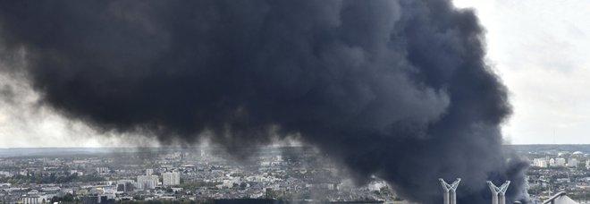 Rouen, stabilimento chimico in fiamme: nausea e vomito fra i dipendenti, evacuata sede tv francese