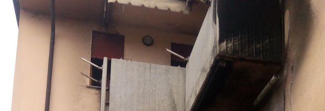 Esplode la bombola del gas liquido sul terrazzino, casa devastata