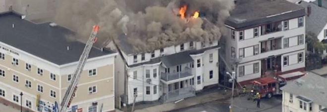 Massachusetts, esplosioni di gas in serie in tre città. Edifici in fiamme a nord di Boston. un morto e 16 feriti