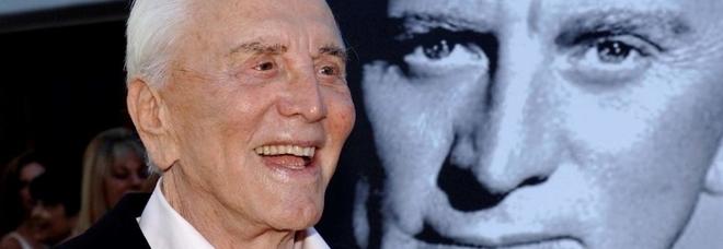 Morto Kirk Douglas, icona di Hollywood: aveva 103 anni. Michael su Fb: «Papà, ti amo tanto»