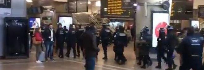 Francia, caos su un treno Tgv: 200 passeggeri scatenati, interviene la polizia /Video