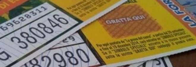Ritrova un vecchio biglietto della lotteria e scopre di aver vinto un milione di euro. Ma non può ritirarlo...