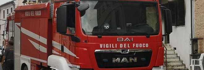 Macerata, una bambola provoca incendio in casa: salvati mamma e tre bambini