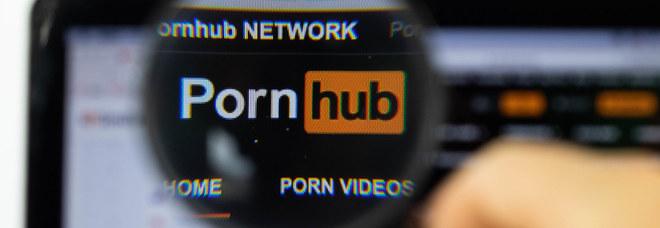 Disabile fa causa a Pornhub perché mancano i sottotitoli nei video: «Non si colgono i dialoghi». E il sito risponde