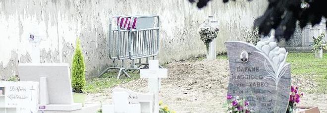 Non c'è la fossa: la sepoltura tarda di un'ora