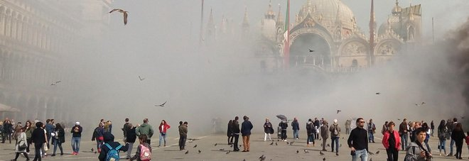 Piazza San Marco avvolta dai fumogeni lanciati dai ladri per rubare in una gioielleria