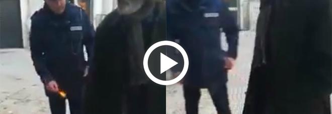 Vigile urbano lancia un petardo contro un disabile e il video finisce sul web: ecco le immagini